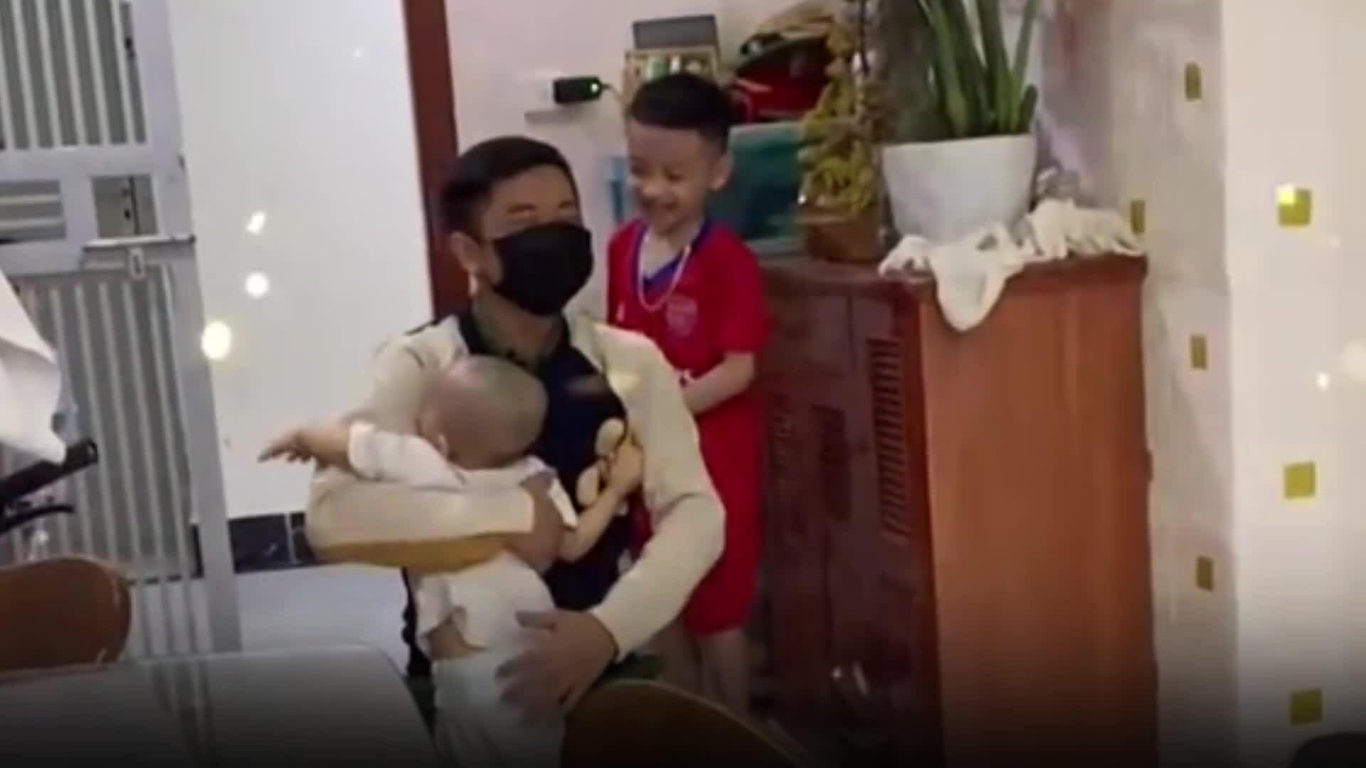 Hai em bé ùa ra đón bố đi trực chống dịch trở về