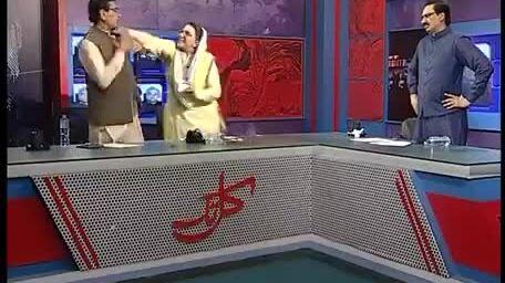 Chính trị gia Pakistan vả nhau trên sóng truyền hình, biểu cảm của MC mới thành trung tâm chế hài hư