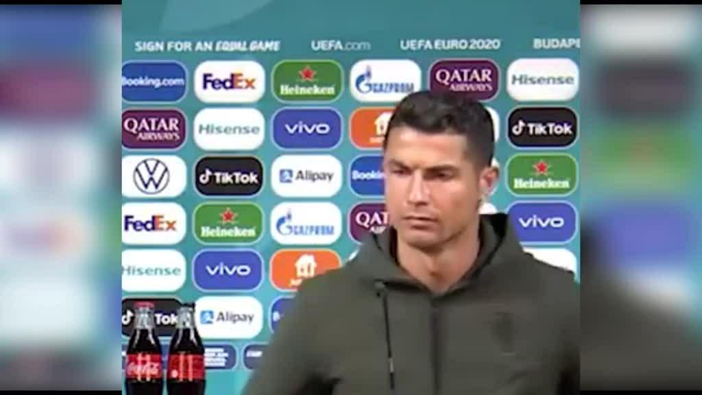 Coca 'bay' 4 tỷ USD chỉ sau cú gạt thẳng chai 'tưởng đùa' của Ronaldo