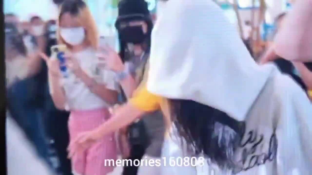Jennie hoảng loạn trùm kín mặt khi về Hàn, nghi bị chứng sợ sân bay
