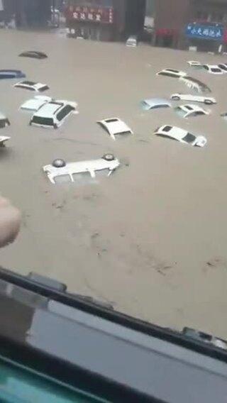 Những hình ảnh xót xa về trận mưa lũ 'nghìn năm có một' ở Trung Quốc