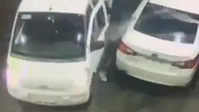 Tài xế ô tô phun xăng vào nhóm cướp