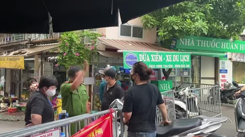 Hai vợ chồng ở Hà Nội gây rối, làm loạn khi không được vào chợ