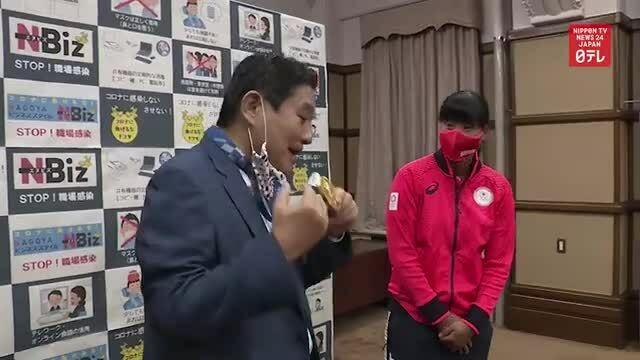 Vận động viên được đền chiếc mới sau khi thị trưởng cắn huy chương