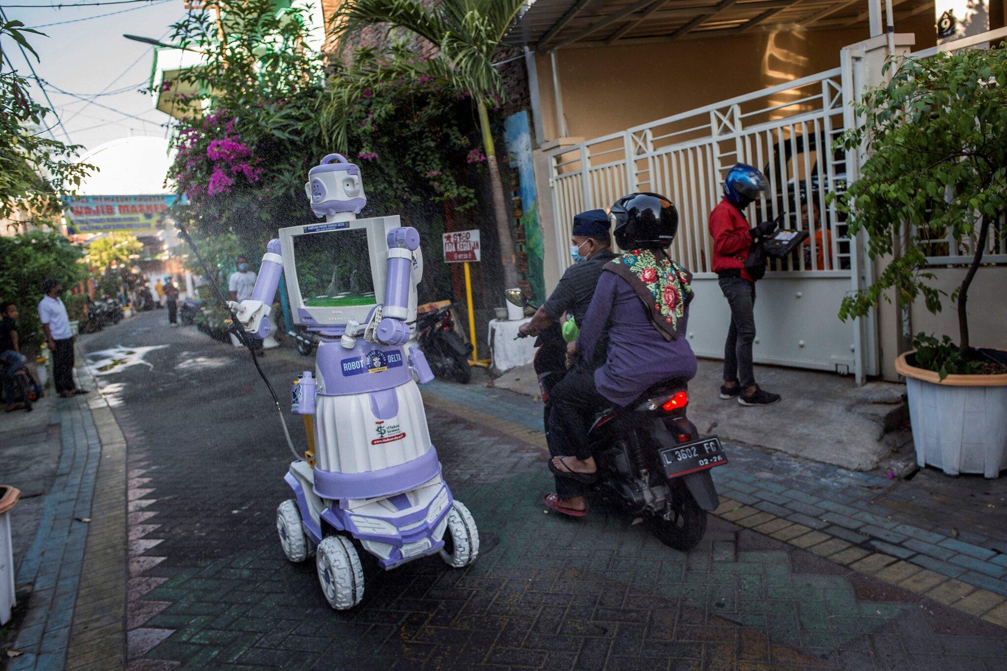Robot giao thức ăn cho người cách ly ở Indonesia