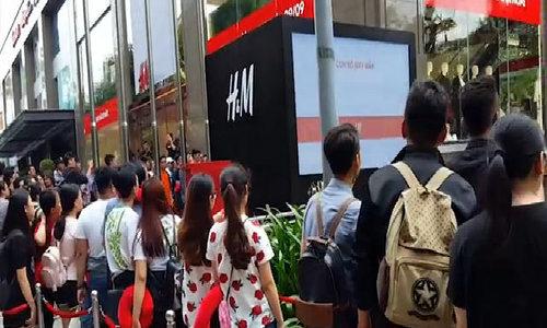 Hơn 4.000 người xếp hàng mua đồ hiệu giá mềm mới vào Việt Nam