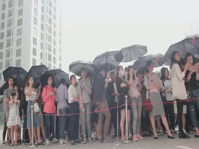 Xếp hàng từ mờ sáng chờ khai trương H&M tại Hà Nội