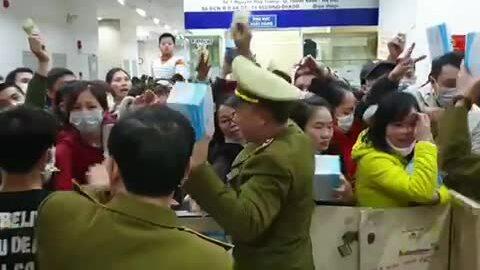 Chen lấn xô đẩy mua khẩu trang y tế