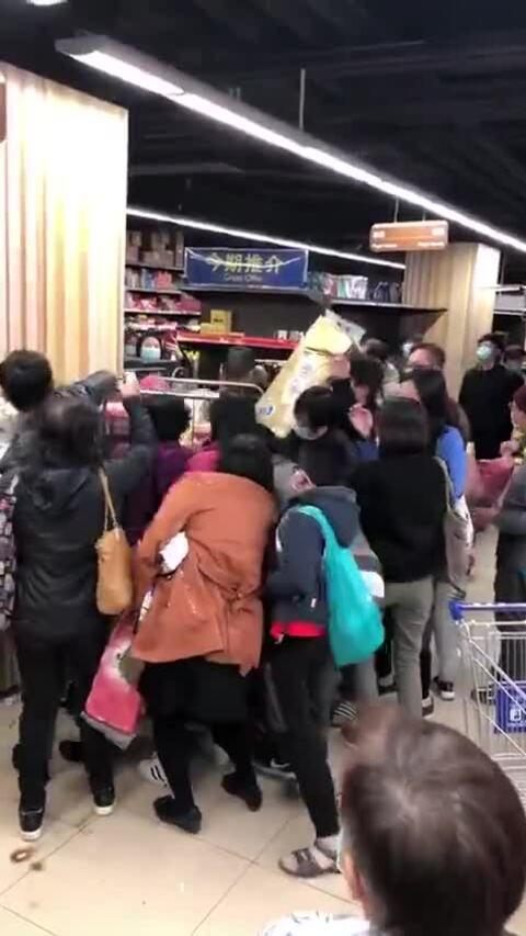 Người Hong Kong đổ xô mua giấy vệ sinh