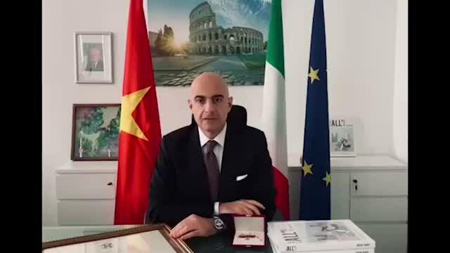 Tổng lãnh sự Cộng hòa Italy trao huân chương công trạng cho bà Lê Hồng Thuỷ Tiên