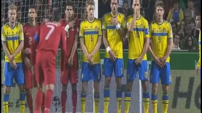 Ibrahimovic bịt mũi khi Ronaldo sút phạt