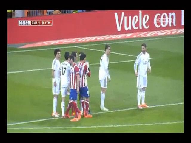Arbeloa cố tình giẫm vào gót chân Diego Costa