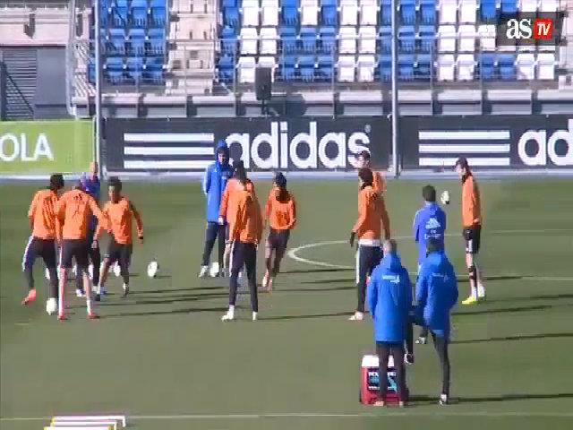C. Ronaldo chuyền bóng điệu đà khi đá ma