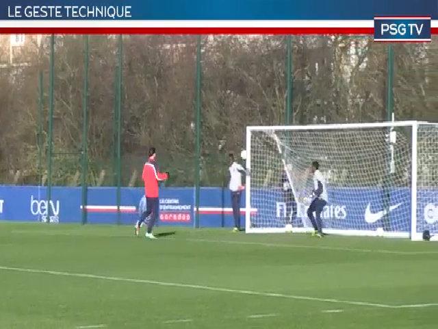 Ibrahimovic ghi bàn điệu đà bằng đầu gối