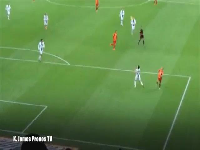 Sneijder chuyền bóng hài hước bằng mông