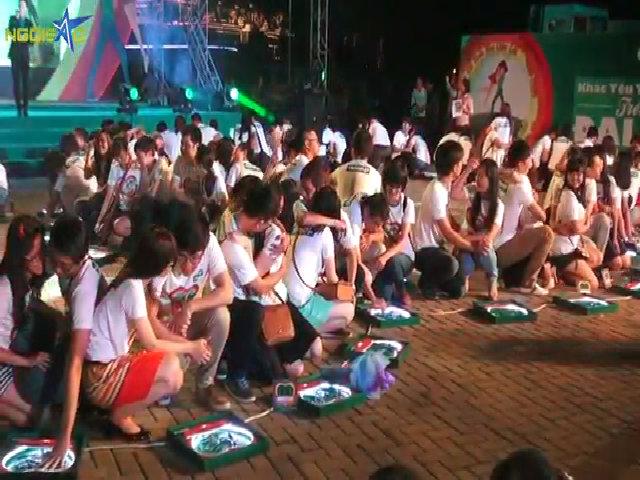Hàng trăm bạn trẻ trao nụ hôn trên 'Đại lộ tình yêu'