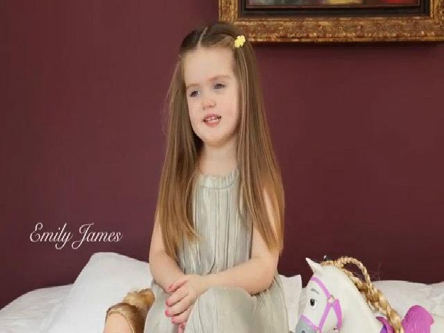 Bé Emily 3 tuổi cắt tóc tặng các bạn bị ung thư