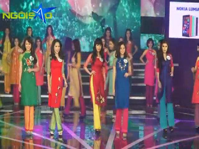 28 thí sinh cùng ban giám khảo xuất hiện trên sân khấu
