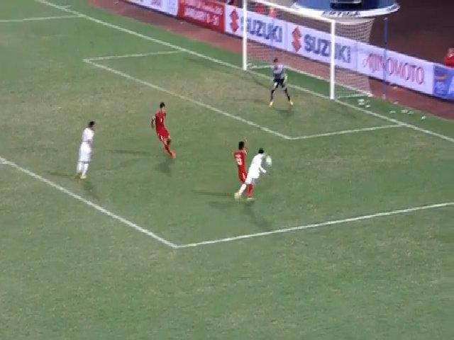 Pha bắt bóng hụt lọt háng của Nguyên Mạnh ở trận gặp Indonesia