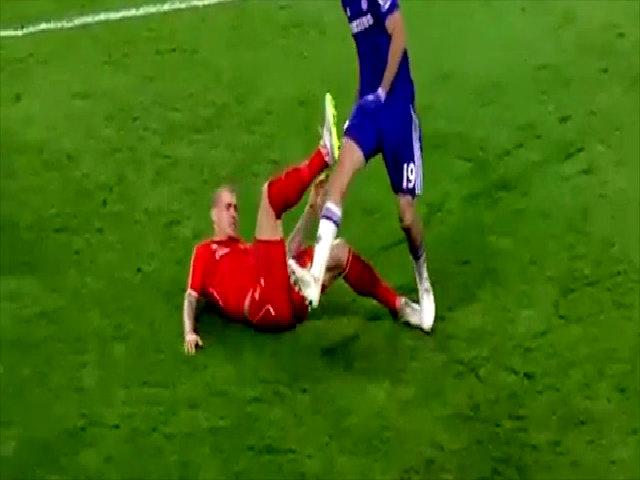 Diego Costa nhảy lên giẫm vào cổ chân Skrtel