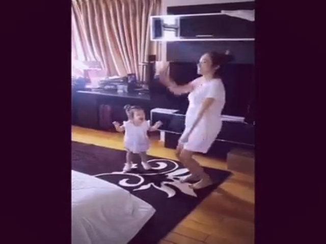 Bé Cadie thích thú tập thể dục cùng mẹ Elly