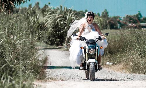 Thúy Nga mặc váy cưới, lái môtô đi trộm thùng tiền cưới