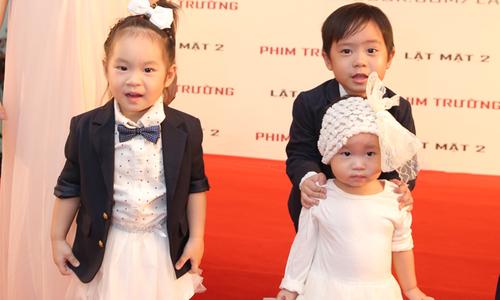 Cậu cả nhà Lý Hải giúp bố mẹ trông nom em gái trên thảm đỏ