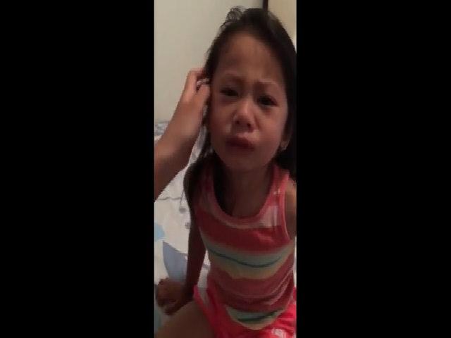 Bé gái khóc nức nở vì tưởng chị ra máu kinh nguyệt sắp chết