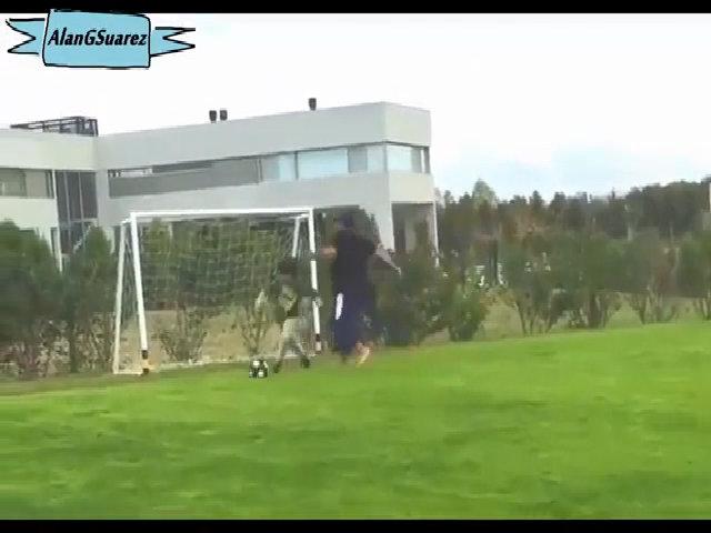 Maradona chơi bóng với cháu ngoại
