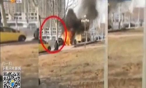 Bố bất lực khóc vì không cứu được con khỏi ôtô bốc cháy