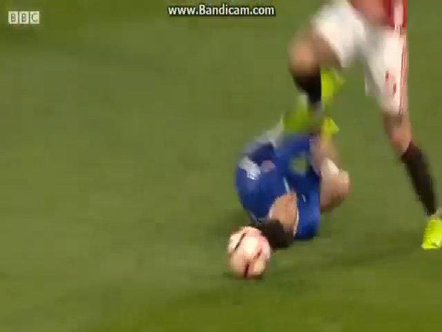Rojo giẫm lên người Hazard