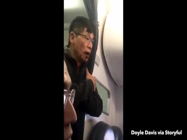 Hành khách gốc Việt bám vào phía sau máy bay sau khi bị lôi xuống lần một