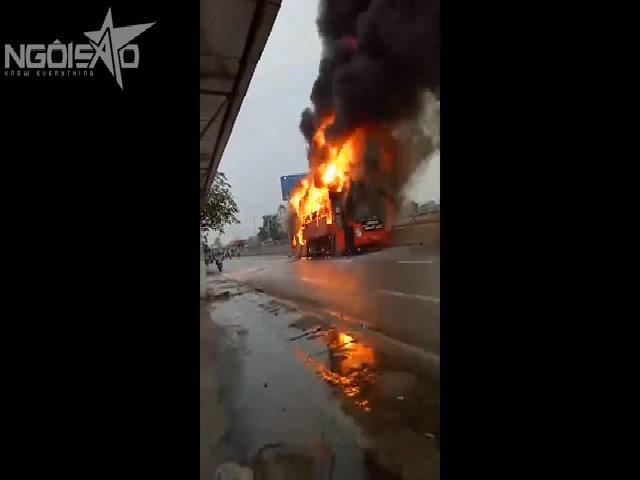 Xe khách cháy cuồn cuộn trên quốc lộ 1A