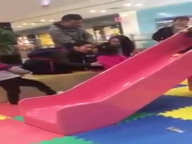 Bà mẹ trẻ nổi điên đánh bé gái vì lỡ giẫm lên chân con trai mình khi đang chơi