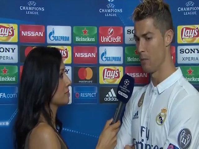 C. Ronaldo trả lời nữ phóng viên, muốn ghi thêm 400 bàn nữa