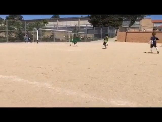 Con trai C. Ronaldo lợi dụng sai lầm của thủ môn ghi bàn