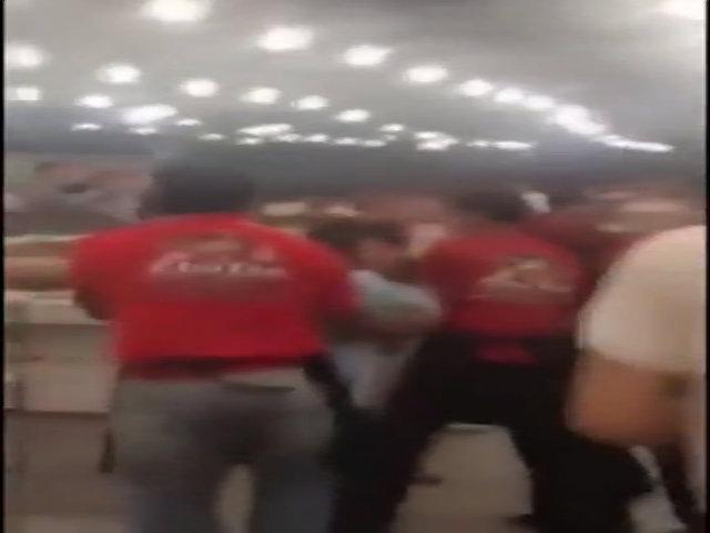 Nhân viên quán ăn đánh đập, túm tóc khách hàng vì không uống nước ở quán