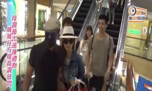 Quách Phú Thành đưa vợ đi mua sắm