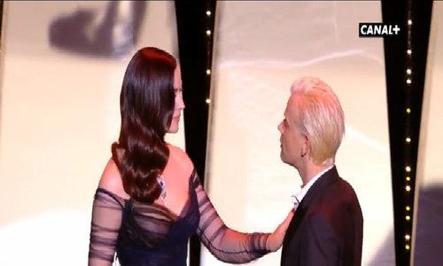 'Bond girl' Monica Bellucci gây sốc với màn cưỡng hôn trai trẻ tại LHP Cannes