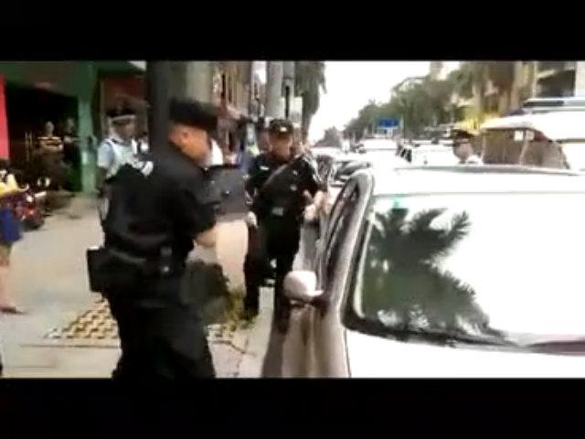 Cảnh sát phá cửa giải cứu bé 1 tuổi bị bố mẹ bỏ mặc trong xe đi mua sắm