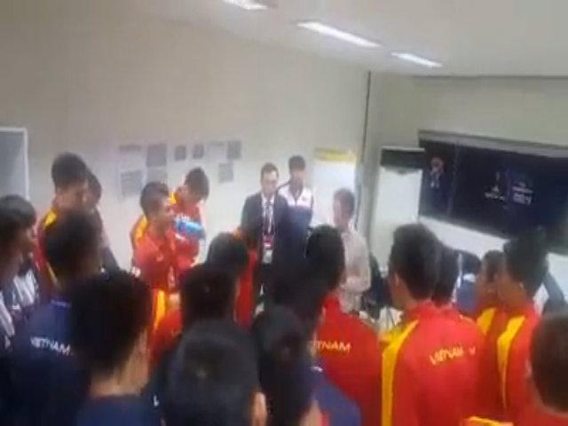 HLV Hoàng Anh Tuấn căn dặn học trò trong phòng thay đồ