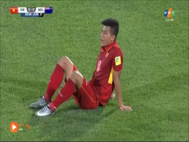 HLV Hoàng Anh Tuấn quát tháo học trò đứng dậy sau trận đấu với New Zealand