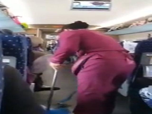 Cụ ông cố tình xả rác ra sàn tàu sau khi bị nhắc nhở