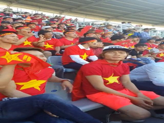 CĐV đồng thanh hô vang Việt Nam cố lên trong trận gặp Pháp