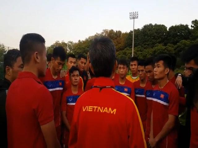 HLV Hoàng Anh Tuấn khích lệ tâm lý học trò trước trận gặp New Zealand