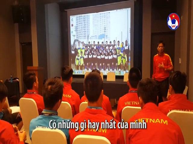 HLV Hoàng Anh Tuấn họp bàn chiến thuật với học trò trước trận gặp Pháp