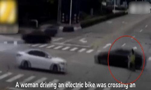 Chủ bị ngã, chó cưng đuổi theo chặn đầu xe gây tai nạn