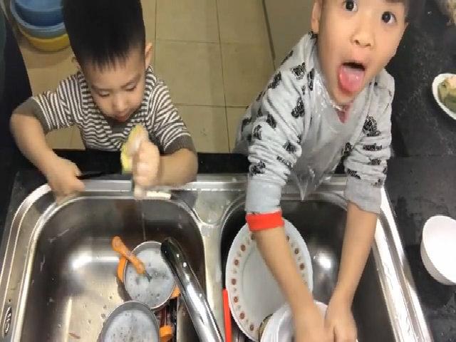 Đan Lê rèn hai con tự rửa bát