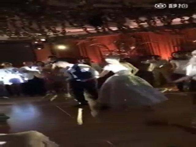 An Dĩ Hiên nhảy tưng bừng trong tiệc cưới