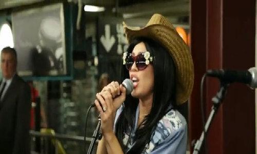 Miley Cyrus cải trang, đi hát dạo ở ga tàu điện ngầm